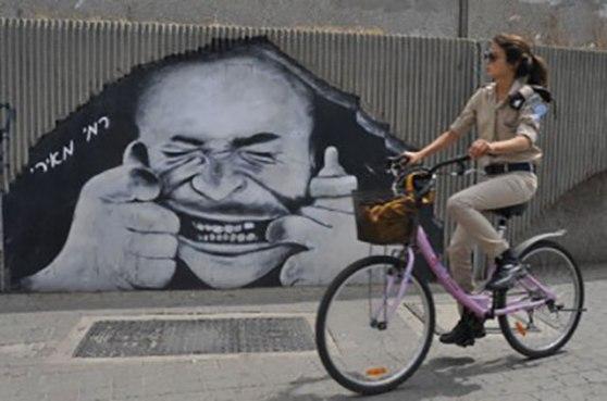streetart - TLV - Mond wijd opentrekkend gekkie