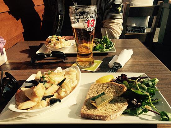 Ierland. Bruine boterham met garnalen en bier.
